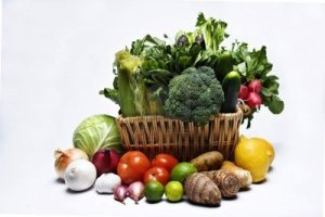 4480619-basketfull-di-ortaggi-a-foglia-verde-e-altri-prodotti-in-varieta-di-colori-e-forme